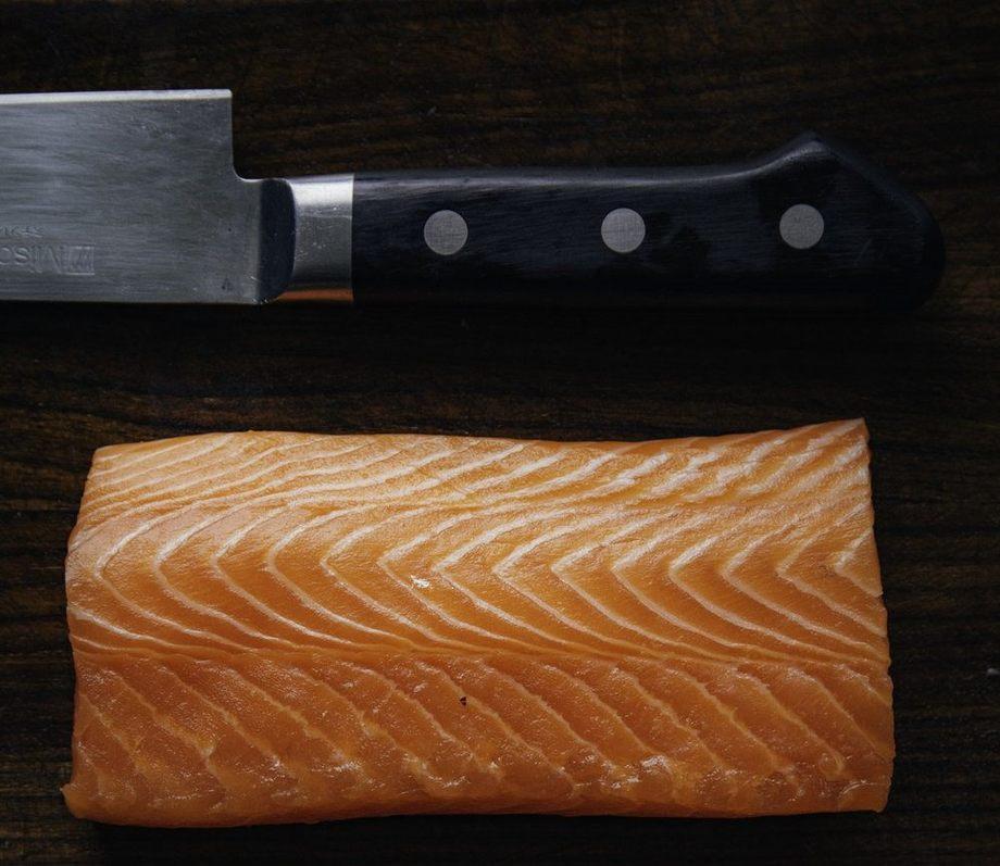 Según Verlasso, el pigmento del salmón, astaxantina, ayudaría a proteger la piel de los rayos UV. Foto: Verlasso.