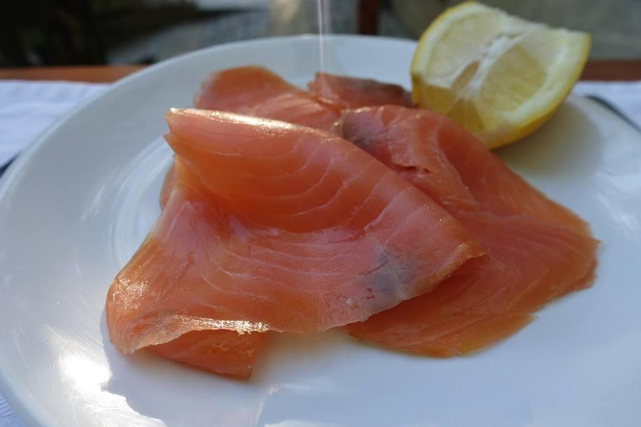 Se cree que el salmón ahumado ha sido la causa de un brote fatal de Listeria en Australia. Foto: Pixabay..