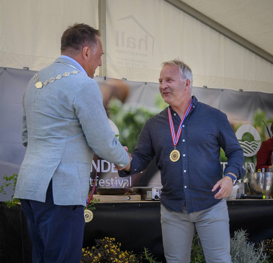 Selskapet Isjford vant to gullmedaljer under NM for røkt og gravet laks i forrgie uke. Lars Krogh som er daglig leder i selskapet mottok medalje fa ordfører Tore. O. Sandvik. Foto: Sjømatbedriftene