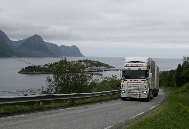 Sjømatklyngen Senja mener Statens Vegvesen har gjort en god og grundig jobb med å kartlegge flaskehalser for sjømattransporten langs veinettet på Senja. Foto: Ole-André Helgaas.
