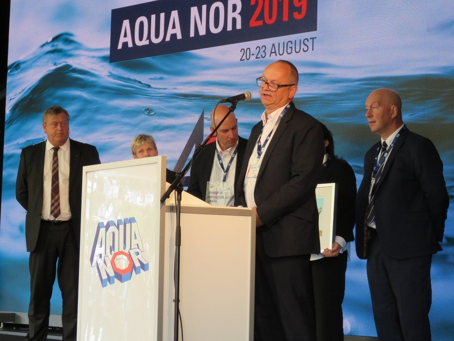 Representantes de Benchmark agradeciendo el premio recibido en la inauguración de la feria Aqua Nor 2019. Foto: Karla Faundez, Salmonexpert.