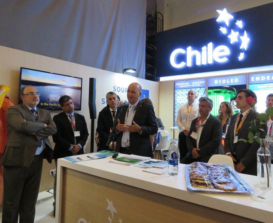 Embajador de Chile en Noruega, Waldemar Coutts, en actividad de inauguración del stand de ProChile. Foto: Karla Faundez, Salmonexpert.