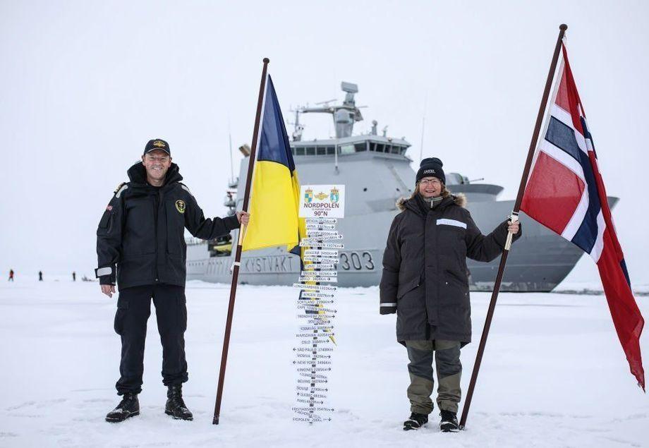 Skipssjef Geir-Magne Leinebø og Toktleder CAATEX Dr. Hanne Sagen har plantet kystvaktflagget og det norske flagget på Nordpolen. Foto: Kystvakta