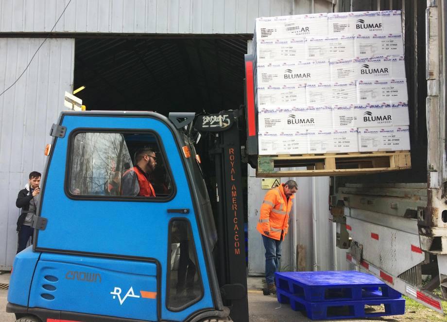 A partir de este envío, se estiman despachos de hasta US$2 millones anuales desde el aeropuerto Carriel Sur. Foto: Salmones Blumar.