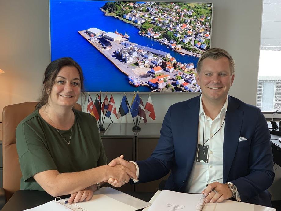 Ann Helen Hystad i Karmsund Maritime Group og Tore Gautesen i Karmsund Havn har inngått avtale om kjøp av Kopervik Havn. Foto: Karmsund Havn