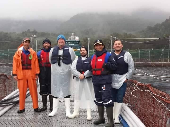 Trabajadores del centro Caleta Soledad de Cermaq Chile. Foto: Cermaq Chile.
