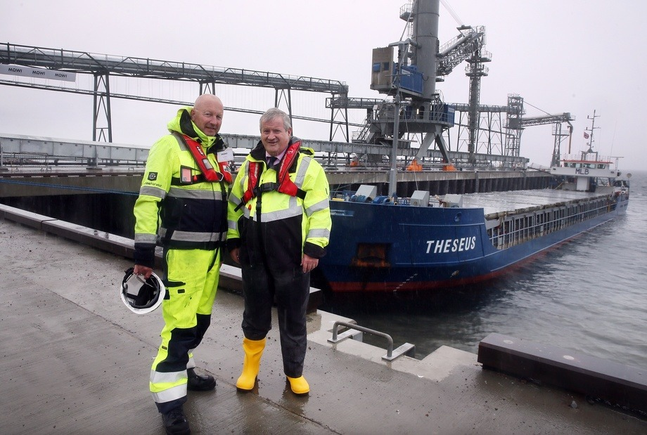 Mick Watts, Mowi's project director and global engineer, left, with Ian Blackford at the pier. Photo: Mowi.