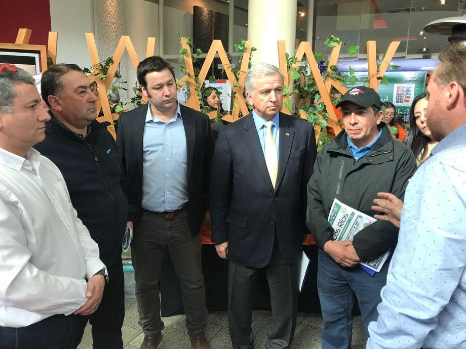 El representante de SalmonChile en La Araucanía le explicó al ministro de Hacienda la importante presencia de la salmonicultura en la región. Foto: SalmonChile.