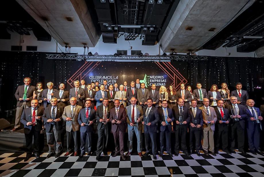 Representantes de las 44 empresas premiadas por Deloitte, Banco SantanderyUniversidad Adolfo Ibáñez. Foto: Deloitte.