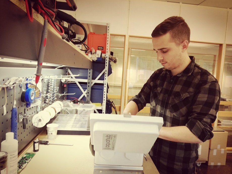 Henrik Lien gjør klar utstyret som skal settes ut i sjøen hos oppdrettere. Foto: InnovaSea Akvakultur.