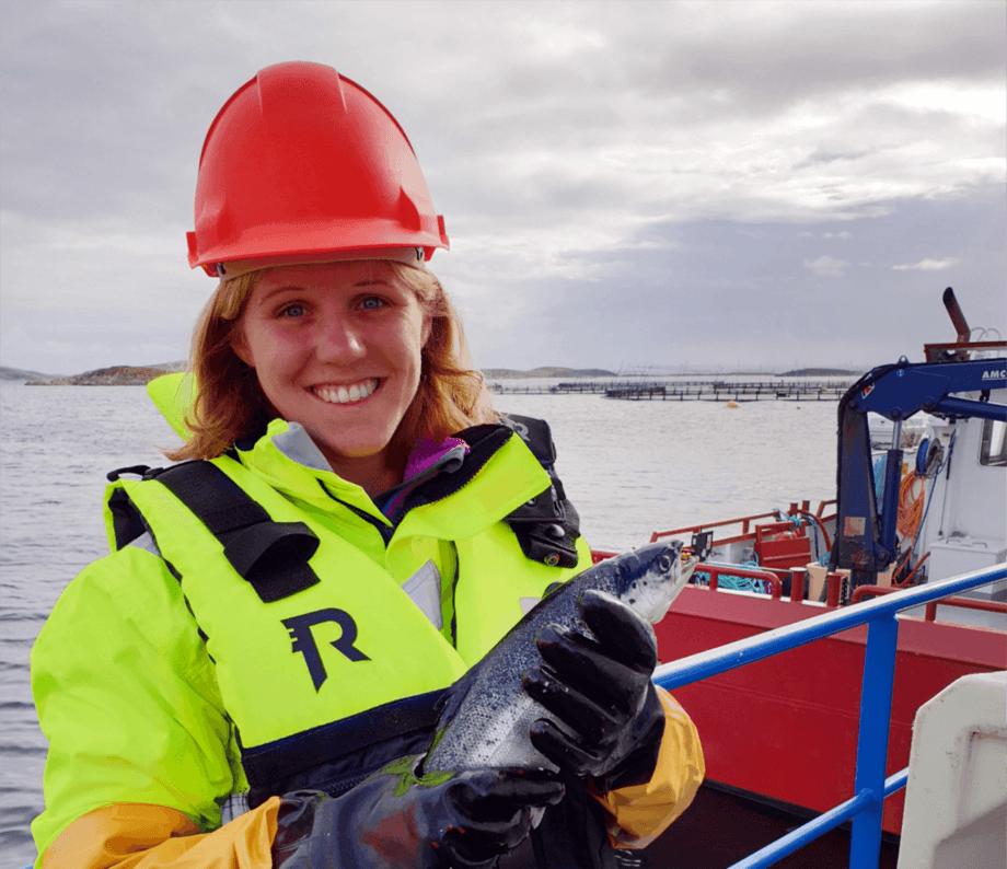 Kombinasjonen av kontortid og praktisk arbeid på merdkanten vil være midt i blinken, mener Anniken Mork. Foto: SinkabergHansen.