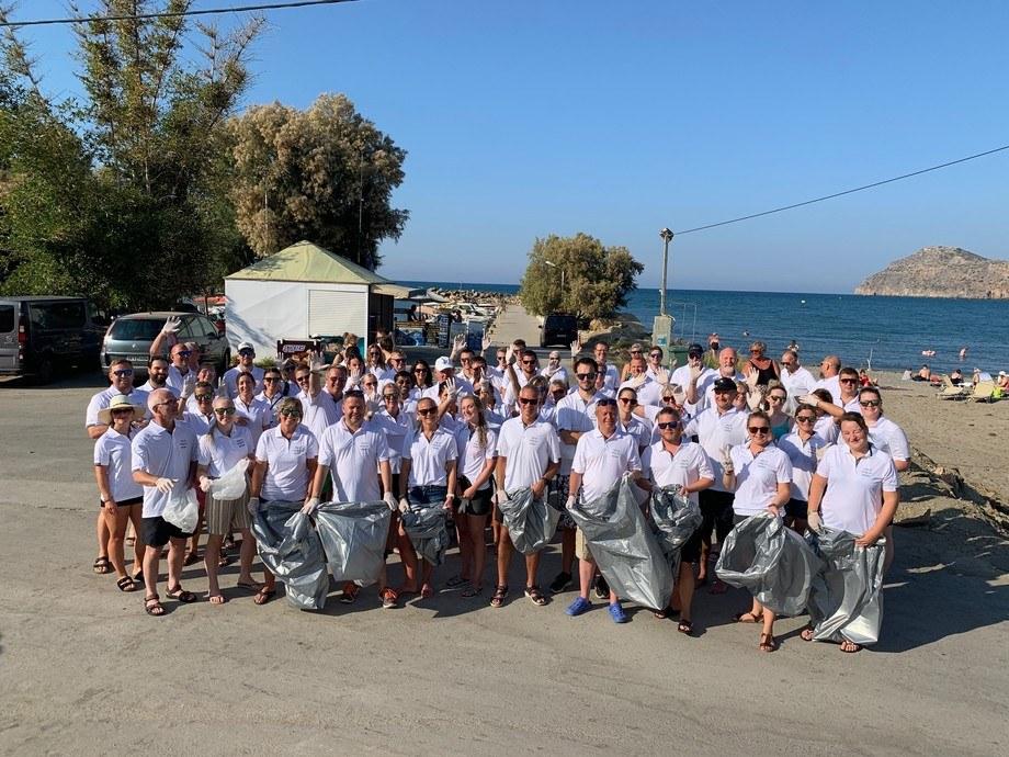 I går ettermiddag samlet 120 deltakere seg fra Aqua Training settefisk-konferansen for å redusere fotavtrykket på strendene på Kreta. Foto: Aqua Gen.