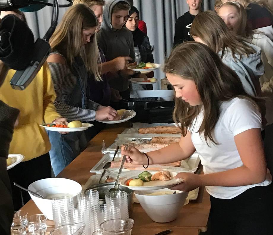 Laksen ble godt mottatt av barna på de ulike skolene i Nærøysund. Foto: Anne Lene Gregersen