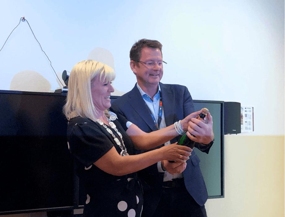 Under den offisielle åpningen av Veterinærinstituttet nye nasjonale senter for digital fiskediagnostikk i Harstad feiret ordfører Kari-Anne Opsal og adm.dir Gaute Lenvik med alkoholfrie bobler. Foto: Mari Press, Veterinærinstituttet.