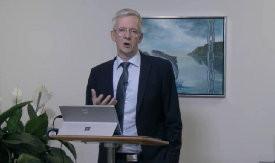 Regin Jacobsen fortalte om Bakkafrosts planer for Scottish Salmon Company på en pressekonferanse torsdag. Bilde tatt fra Bakkafrosts weboverføring.