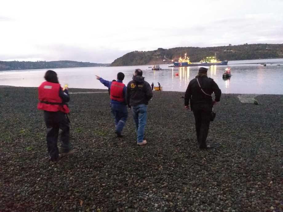 Funcionarios de Sernapesca fiscalizando el escape de salmones del centro Huito. Foto: Sernapesca.
