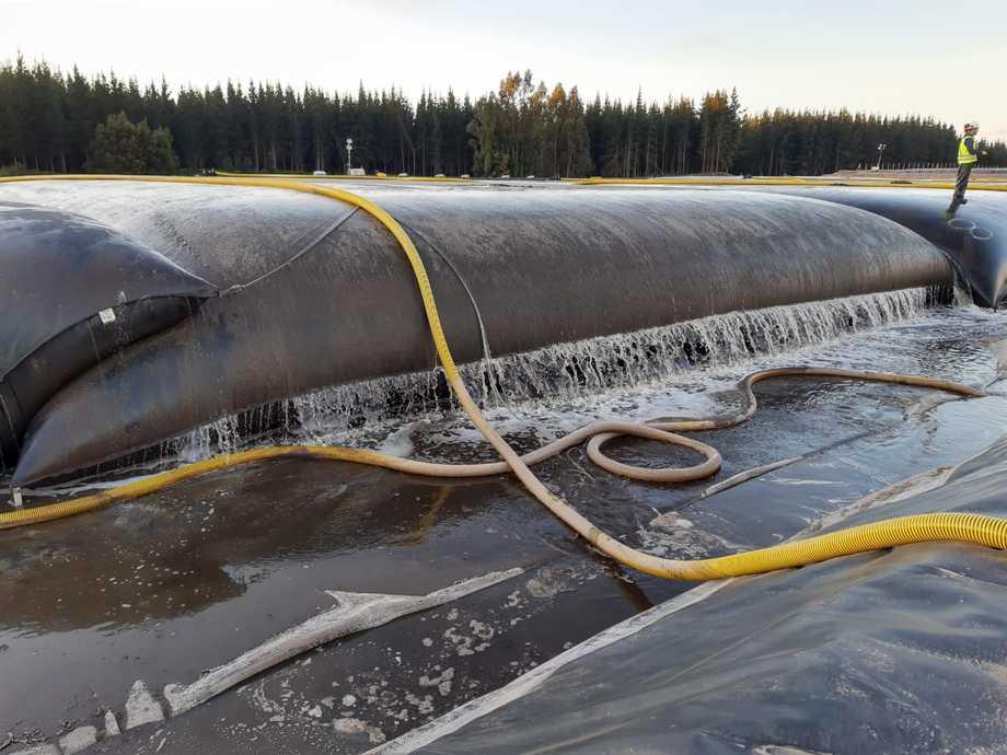 Geotubo con 1.400 metros cúbicos de capacidad para deshidratar sedimentos marinos. Foto: Novatech.