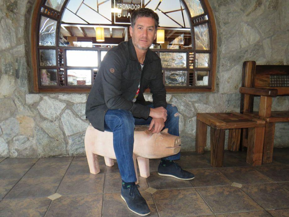 Javier García, socio fundador de ÜÑÜ, junto a uno de los trabajos hecho por los artesanos de Chiloé. Foto: Karla Faundez, Salmonexpert.