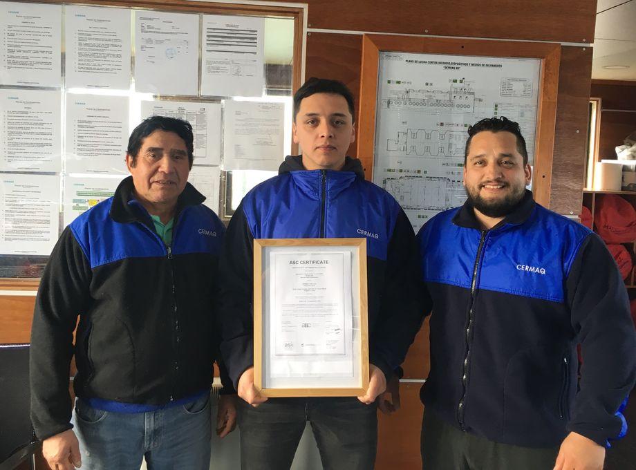 Los trabajadores del centro de cultivo Ensenada Lorca Guillermo Guerrero, Antonio Barreux y José Ruiz. Foto: Cermaq Chile.