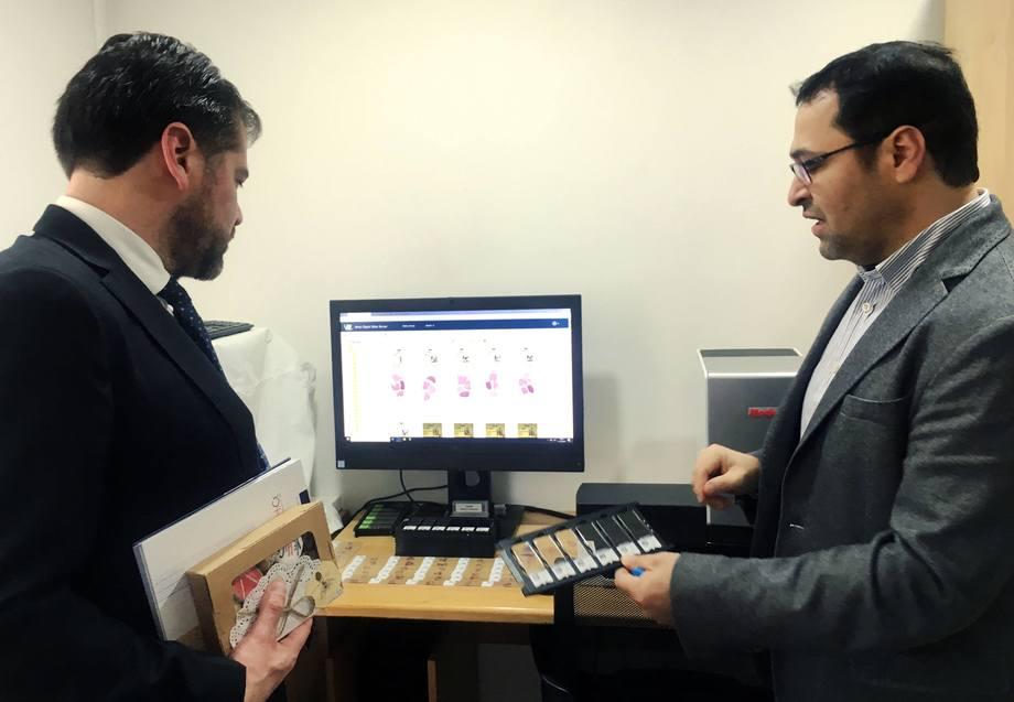 El gerente Técnico de Vehice, Carlos Sandoval (a la derecha), presentó los avances de la empresa. Foto: Salmonexpert.