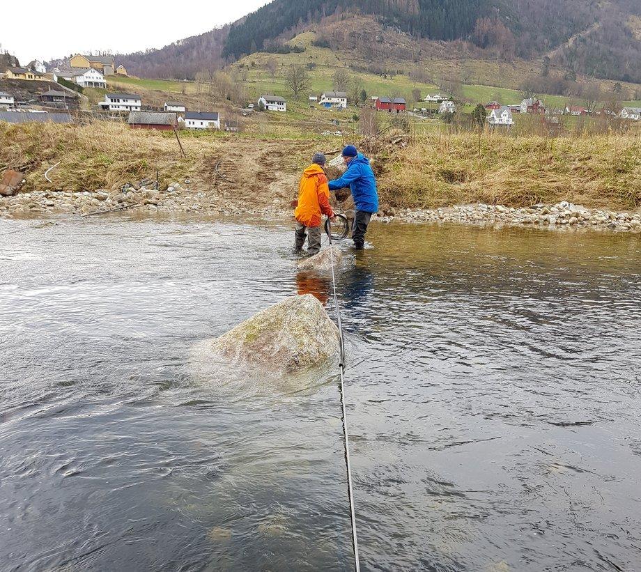 Fisketelling er ikke visuelt. Magnetisk utstyr ble montert i elvene i Hardanger våren 2019. Foto: Cautus Geo.