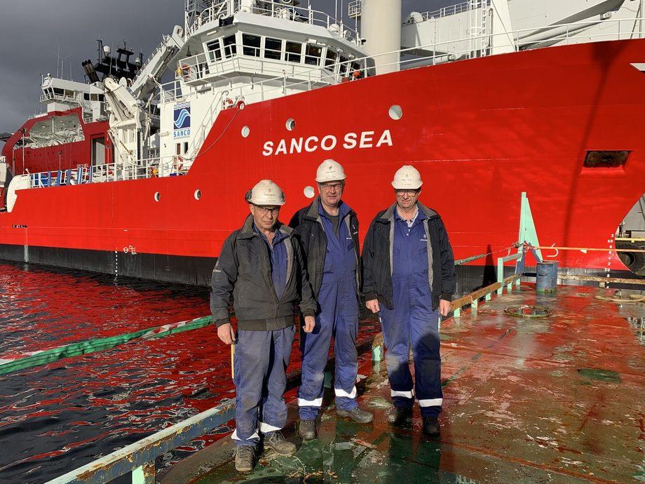 Lars Arnesen, Morten Leine og Arild Martin Jensholm framfor Sanco Sea. Også flåten dei står på er faktisk bygd på Voldnes. Foto: Myklebust Verft AS.