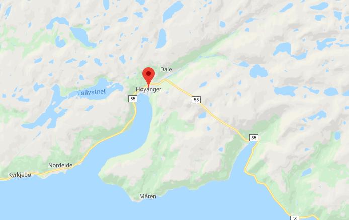 Fiskeridirektoratet har mottatt en rekke tips om til dels store fangster av rømt laks i Høyanger, som kan knyttes til rømmingen på Brekke. Skjermdump: Google Maps.