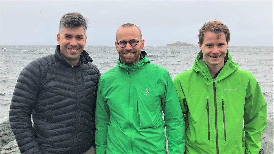 Håvard Ramsfjell (i midten) skal sammen med Jan-Egil Wagnild (til venstre) og Eivind Furu Høydal i Moen Marin gjøre hverdagen smartere i Aquagen.