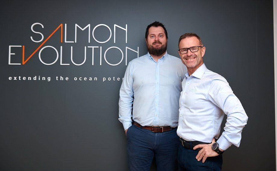 Finansdirektør Håkon Andrè Berg (t.v) er nylig blitt ansatt hos Salmon Evolution. Daglig leder Odd-Tore Finnøy (t.h) er glad for at Berg takket ja . Foto:  Salmon Evoution / Brunes Foto.