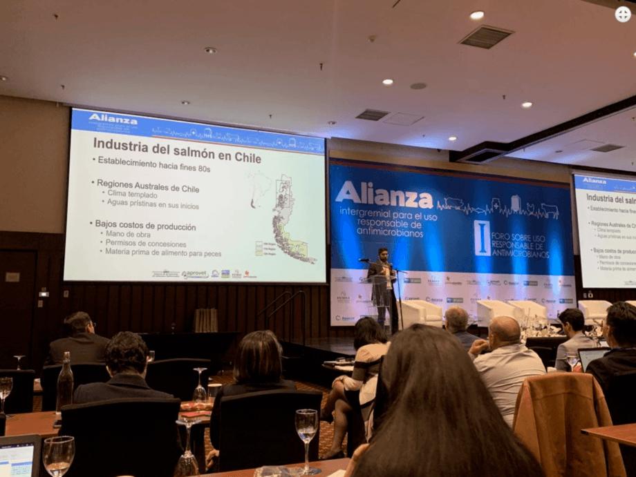 Dr. Fernando Mardones en su exposición en foro sobre uso responsable de antimicrobianos. Foto: Fernando Mardones.