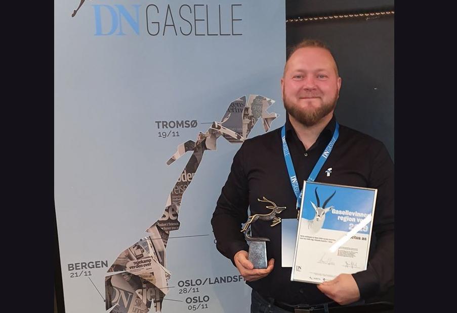 Produktsjef i Fluctus, Runar Hatlevik, tar i mot prisen som gasellevinner i vest 2019. Foto: Privat.