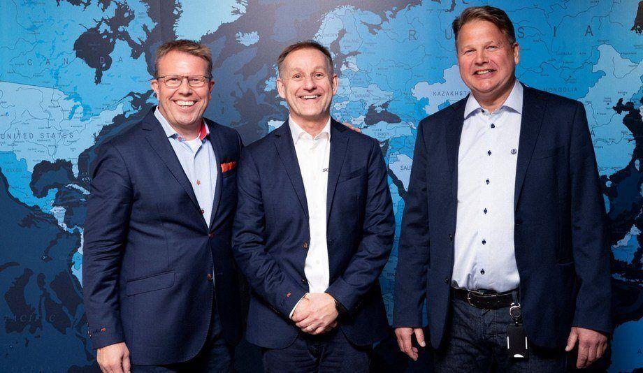 De izquierda a derecha: el presidente ejecutivo de ScaleAQ, Geir Myklebust, y el vicepresidente de desarrollo de negocios, Per Ivar Lund, con el director ejecutivo de Moen Marin AS, Terje Andreassen. Foto: ScaleAQ.