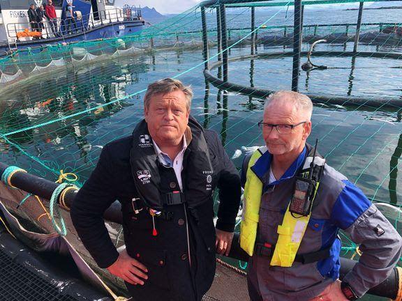 Fiskeri- og sjømatminister Harald T. Nesvik besøkte Mortenlaks i mai 2019. Her sammen med Tom Jarle Bjørkly. Foto: Nærings- og fiskeridepartementet