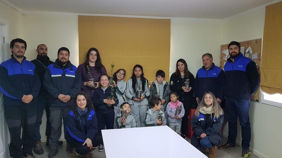 Los 7 niños de la Escuela rural Bernardo Bruyne. Foto: Cermaq Chile.