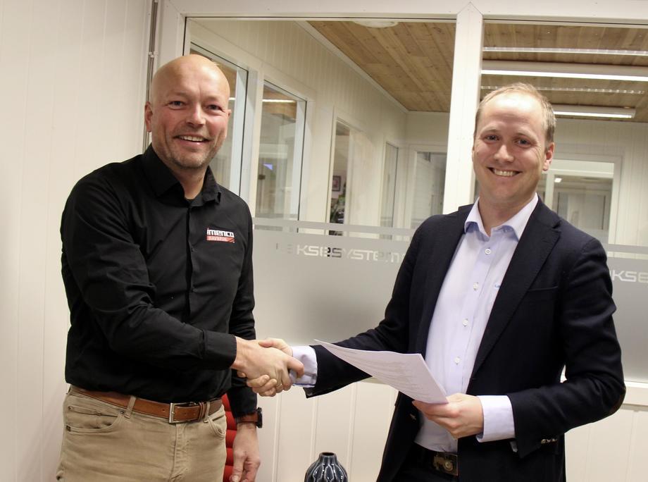 Stig Martin Bø, salgssjef i Imenco Havbruk og Ole Gabriel Kverneland, daglig leder i Laksesystemer se fram til det nye samarbeidet. Foto: Imenco Havbruk.