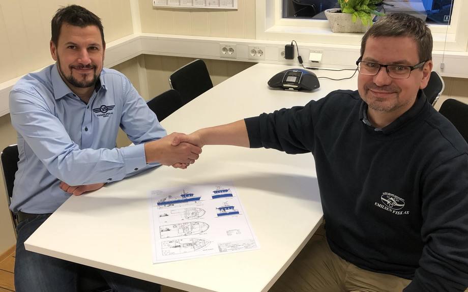 Her signeres kontrakten som gjør at Emilsen Fisk vil øke kapasiteten på anleggene sine. Mikal Nordheim fra Viknaslipen(t.v) og Roy Emilsen. Foto: Viknaslipen AS