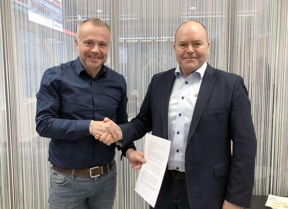 Ordfører Kjell Neergaard og administrerende direktør i Måsøval Fiskeoppdrett, Asle Rønning,  har signert en samarbeidsavtale om visningssenter på Campus Kristiandsund. Foto: Tore Lyngvær/Kristiansund kommune