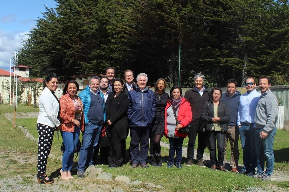 Representantes de la salmonicultura de Magallanes y de las comunidades Kawésqar. Foto: Asociación de Salmonicultores de Magallanes.