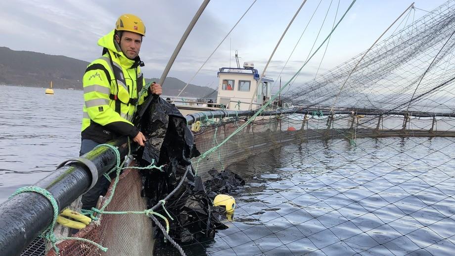 Atle N. Kristoffersen ved merdkanten. Foto: OK Marine