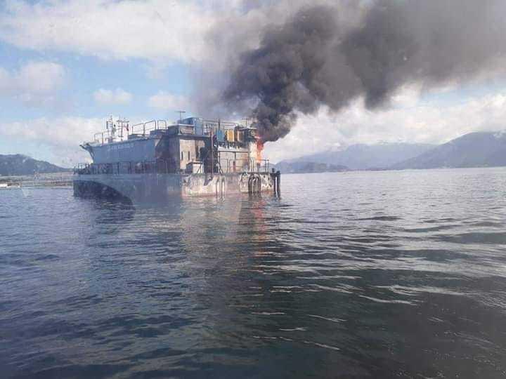 Pontón de Mowi Chile afectado por incendio. Foto: Sur Informa.