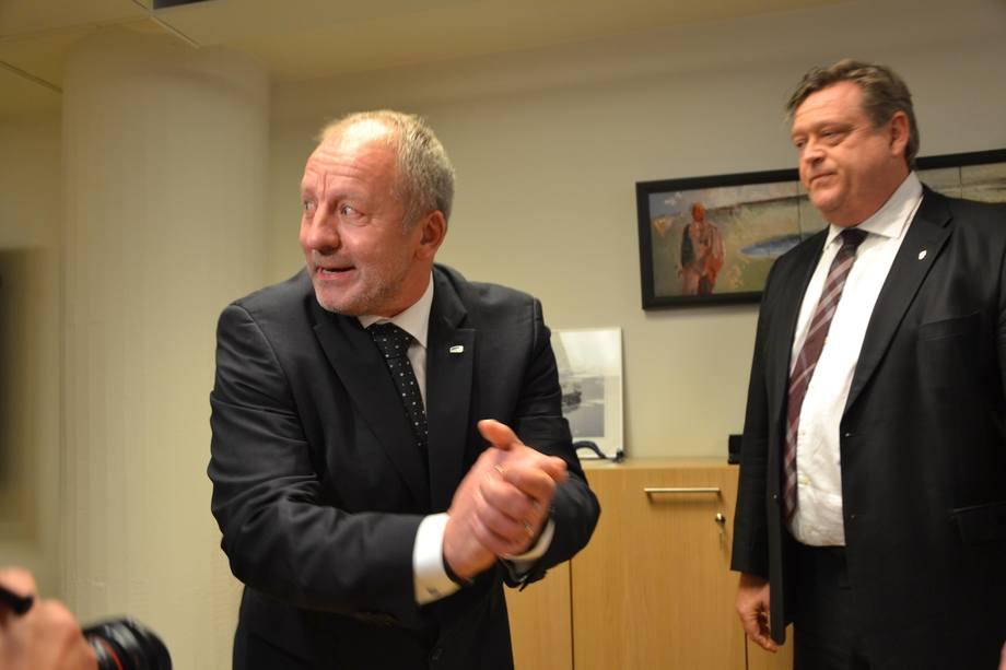 Fiskeri- og sjømatminister Geir Inge Sivertsen (H) har fått økonomiske godtgjørelser fra flere steder etter at han ble utnevnt som statssekretær.  Her sammen med tidligere fiskeri- og sjømatminister Harald Tom Nesvik (FrP). Foto: Harrieth Lundberg