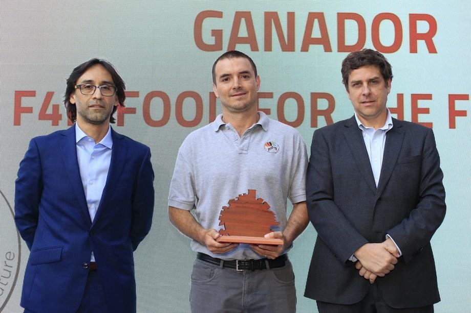 La premiación fue realizada en enero de este año. Al centro, Cristián Emhart, CEO y cofundador de F4F. Imagen: Hub Sustentable y Pulso.
