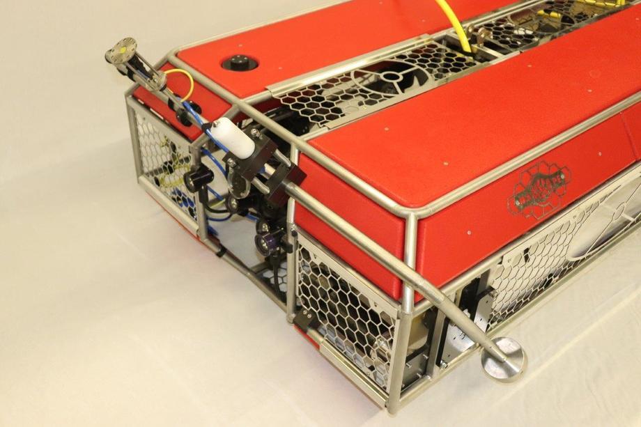 El equipo fue inicialmente desarrollado para limpiezas en estructuras offshore de petróleo y luego modificado para poder ser usado también en acuicultura con ROVs Mariscope. Imagen: Mariscope.