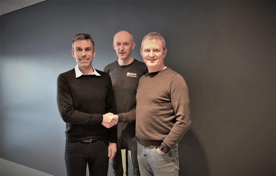 Styreleder Roald Dolmen (til høyre) og daglig leder Svein Oluf Øren (i midten) signerte i dag avtalen som gjør adm.dir. Robert Hundstad (til venstre) og Nofitech til totalleverandør for det nye postsmoltanlegget som skal stå ferdig hos Osan Settefisk høsten 2021. Foto: Midt-Norsk Havbruk