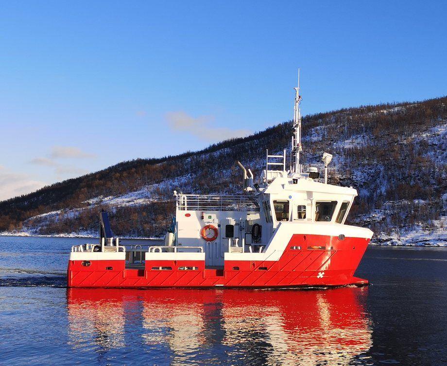 Den nylig overlevertte båten er12, 5 meter lang og5, 5 meter bred. «Hekkingen»er den fjerde båten som NRS Farming henter ut fra Grovfjord Mek. Verksted. Foto: Grovfjord Mek. Verksted.