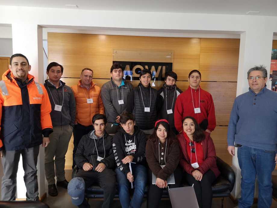 Alumnos de 4° Medio del Liceo Arturo Prat Chacón de Cisnes visitando la planta de Mowi en la región de Aysén. Foto: CorpAysén.