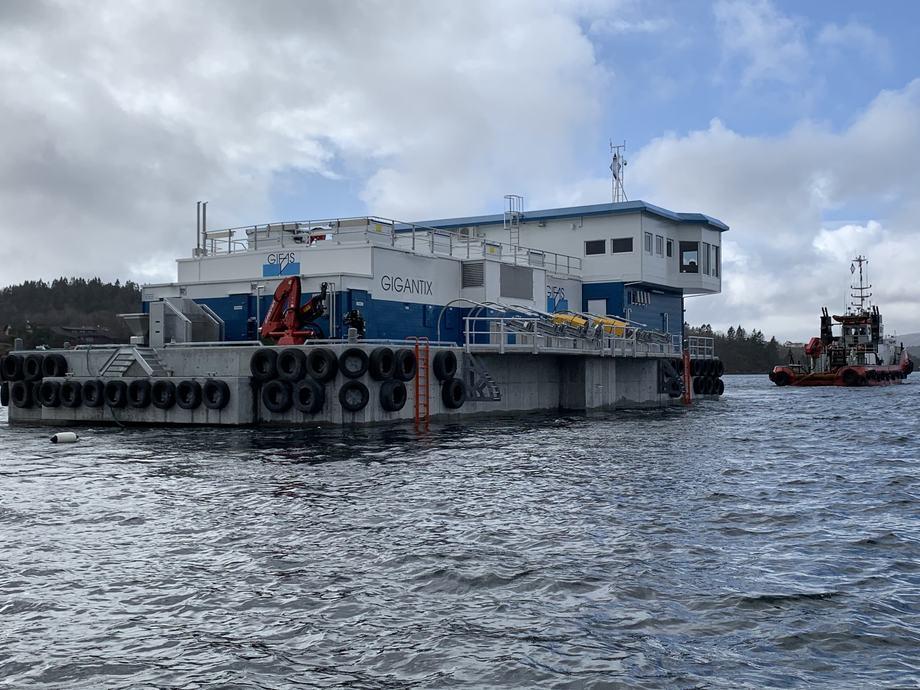 Den nye fôrflåten la fra kai i Bergen på mandag, og skal etter planen ankomme Gifas utenfor Bodø til helgen.