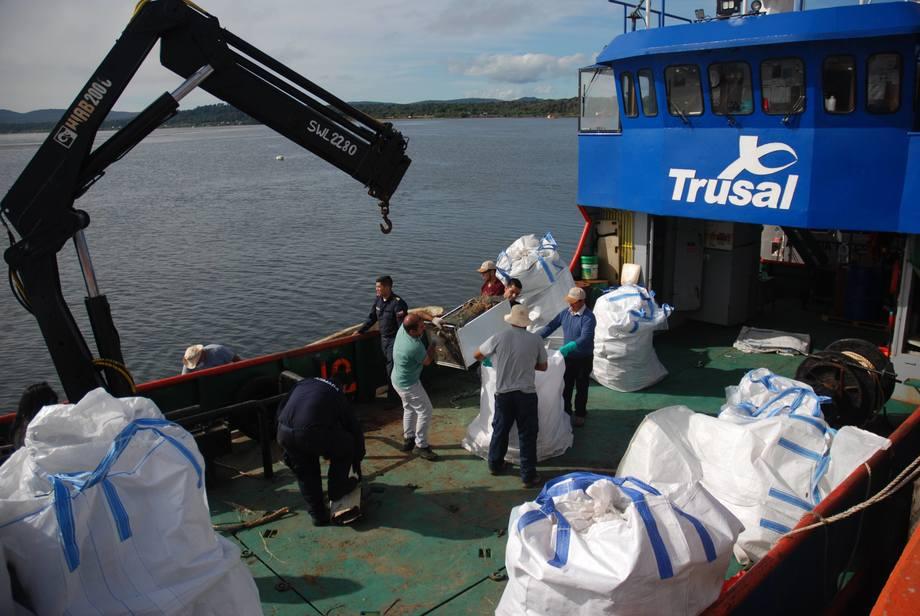 Salmones Austral dispuso la barcaza que retiró y trasladó los desechos, entre otros elementos. Foto: Salmones Austral.