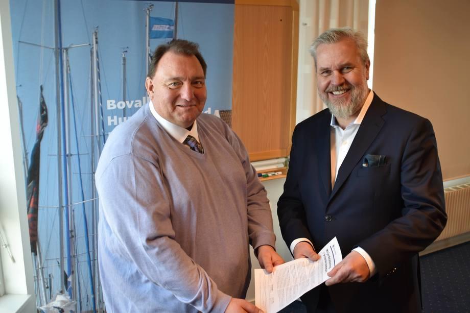 Ordfører i Sotenäs kommune Mats Abrahamsson og Roy W. Høiås, vd. i Lighthouse Finance A/S har signert avtalen. Foto: Sotenäs kommune