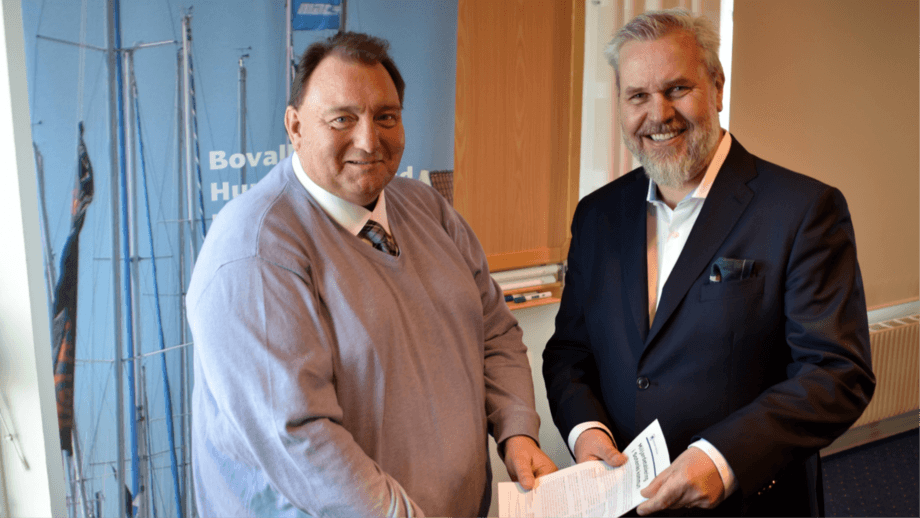 Municipal board chairman Mats Abrahamsson and Roy W Høiås, chief executive of Lighthouse Finance AS, with the announcement of plans to build a 100,000-tonne on-land salmon farm. Photo: Sotenäs Municipality.